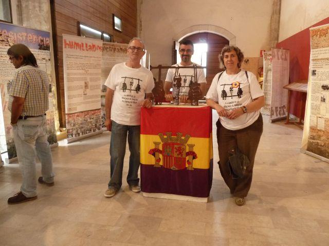 Candidatos de IU Cuéllar a la alcadldía con la escultura a los represaliados del franquismo
