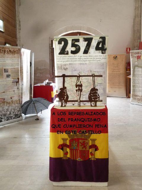 Escultura y leyenda en homenaje a los represaliados del franquismo en el castillo de cuéllar