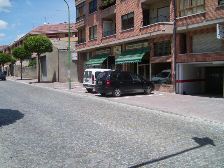 Robo de aceras para aparcamiento de vehículos en la avenida Camilo José Cela